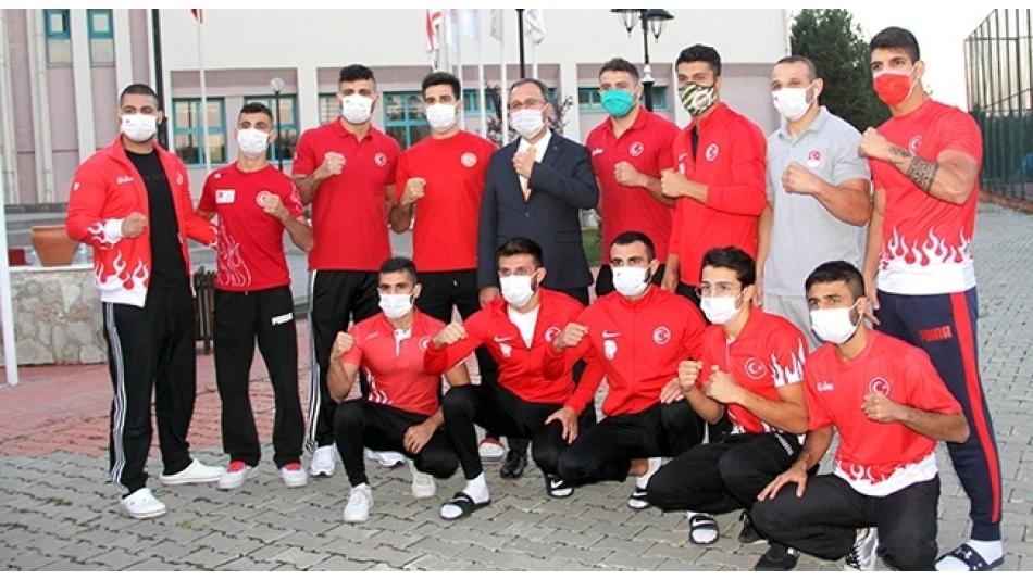 Bakan Kasapoğlu milli boksörleri ziyaret etti