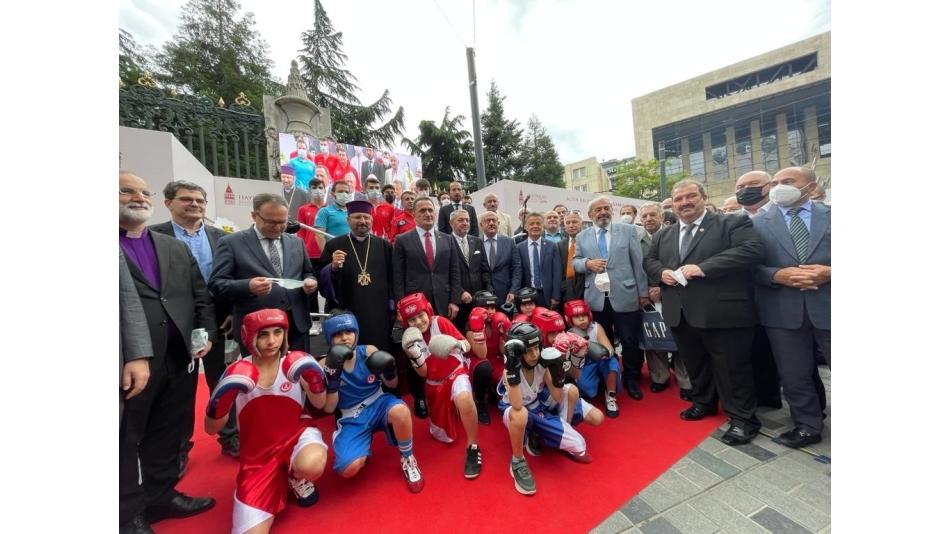 ''ALTIN KALPLİ ELDİVEN'' GARBİS ZAKARYAN SERGİSİ AÇILDI